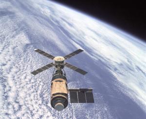 Skylab_and_Earth_Limb_-_GPN-2000-001055